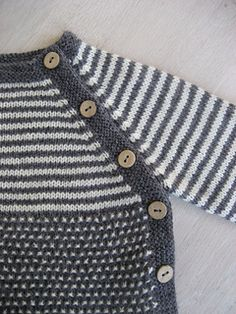 Woollahoo's Trøje med striber og vævestrik Knitted from the bottom. The look is inspired by Puerperium by Brooker, but the construction is my own. The light cashmere (white) and alpaca (gray) gives a wonderfully soft result with the cotton. Baby Boy Sweater, Baby Sweater Patterns, Baby Cardigan Knitting Pattern, Knit Baby Sweaters, Baby Knitting Patterns, Baby Patterns, Diy Crafts Knitting, Knitting For Kids, Hand Knitting
