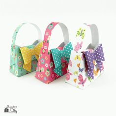 Create adorable DIY Paper Purses for your next party or event! Free PDF pattern and SVG cut file, plus complete tutorial. Create adorable DIY Paper Purses for your next party or event! Free PDF pattern and SVG cut file, plus complete tutorial. Diy Paper Purses, Home Design, Diy Papier, Purse Handles, Purse Tutorial, Diy Purse, Purse Patterns, Paper Decorations, Svg Cuts