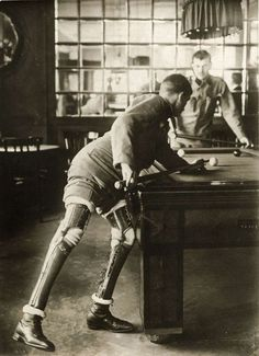 First World War. A soldier who lost both his legs, playing a game of billiards, 1915