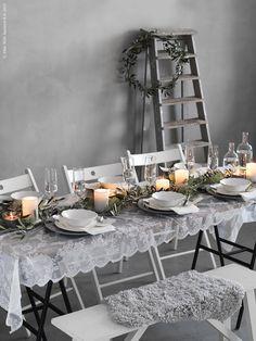 Duka till vinterfest på skir spetsgardin. Med porslinet ARV med vacker volangkant får du en romantisk dukning värdig ett bröllop eller kärleksfull fest för att fira in det nya året. Som duk har vi använt spetsgardinen ALVINE SPETS.