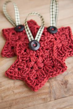 I'm sharing a pattern for a crochet star ornament that you can make for your Christmas tree using your stash of scrap yarn. Crochet Diy, Crochet Santa, Crochet Stars, Crochet Snowflakes, Crochet Crafts, Crochet Flowers, Crochet Projects, Crochet Granny, Crochet Round