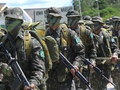 Brazilian soldiers from the Ipiranga Special Border Platoon with FN FALs.
