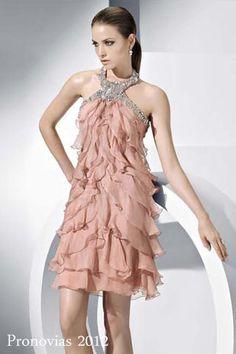 Vestido con minivolantes y cuello halter con pedrería, modelo Lady