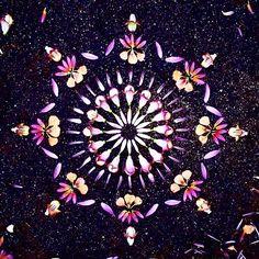 Mandala de Miércoles >>> se dice que el espiral es la geometría del amor porque nace en tu corazón y se expande hasta llegar y conectar con otros  Los mandalas son geometría sagrada para conectarnos con nosotros mismos a través de la meditación y concentración  #mandala #geometriasagrada #sacredgeometry #azar #mdeazar by mdeazar