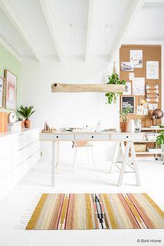 J'espère que vous passez un bon week-end, aujourd'hui on va visiter le joli intérieur de la blogueuse et décoratrice d'intérieurSouraya Hassan. Ici, vous aurez pleins pleins d'inspirations pour votre propre maison. Le séjour est ultra lumineux et chaleureux avec des couleurs douces et fraiches à la fois. On retrouve encore une fois un mélange de styles pour mon plus grand plaisir avec de jolies détails bien pensés et de très bon goût avec des plantes vertes, des touches ethniques…