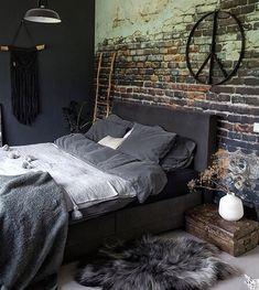 Een donkere slaapkamer heeft zoveel sfeer! Een stoere bakstenen muur maakt het af.