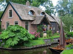 Giethoorn Holland. The Village Without Roads Only Canals And Bike Trails. (foto Architecture & Design)  ❤️vanuska❤️