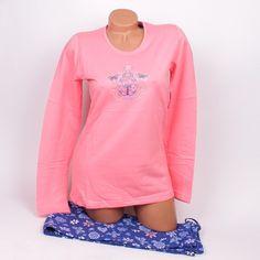 Памучна дамска пижама с фина вата от вътрешната страна. Коралова горна част с калинка отпред, обло деколте и дълги ръкави. Панталонът е с дължина до глезена в тъмно синьо изпъстрен с красиви цветя.