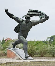 This statue was based on a 1919 revolutionary poster (Budapest's Memento Park). Bronze Sculpture, Sculpture Art, Garden Sculpture, Statues, Visit Budapest, Public Art, Good Old, Revolutionaries, Statue Of Liberty
