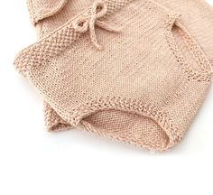 Diy Crafts - Learn how to Make this Knitted Diaper Cover with a matching Top. Easy Baby Knitting Patterns, Baby Sweater Knitting Pattern, Knitting Paterns, Baby Hats Knitting, Baby Patterns, Knitted Hats, Baby Bloomers Pattern, Diaper Cover Pattern, Romper Pattern