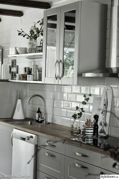 Looking for kitchen ideas? We've asked the experts to share their favourite and most inspiring kitchens. Browse photos of kitchen designs. Discover inspiration for your kitchen remodel or upgrade with Home Kitchens, Kitchen Remodel, Kitchen Design, Kitchen Inspirations, Kitchen Decor, Modern Kitchen, Brown Kitchen Cabinets, Kitchen Interior, Kitchen Cabinets