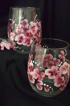 Hermosa sin pie pintado a mano de flores de cerezo, para agasajar a sus invitados con.  El vidrio tiene 18 oz y sistema de calor es para color