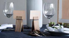 Schlichte Tisch Deko mit Tischkartenhalter aus Holz - Moebe http://www.holzdesignpur.de/Deko-Holzklammern-gross-Pinch-Moebe
