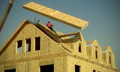 Structural insulated panels (SIPs) are a building material that sandwiches a thick polystyrene foam between two rigid boards (oriented strand board, or Construction Documents, Construction Process, Green Building, Building A House, Building Homes, Concrete Masonry Unit, Oriented Strand Board, Sips Panels, Structural Insulated Panels