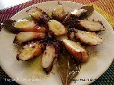Χταπόδι ξιδάτο στην λαδόκολλα υλικά 1 κιλό χταπόδι 1 κρεμμύδι 2-3 σκελίδες σκόρδο 3 φύλλα δάφνη ρίγανη θυμάρι 1 κουτάλια κόκκοι πιπεριού λίγο αλατι μπαλσάμικο ελαιόλαδο λαδόκολλα αλουμινόχαρτο εκτέλεση Καθαρίζουμε και πλένουμε καλά το χταπόδι και το αφήνουμε να στραγγίσει. Στρώνουμε το αλουμινόχαρτο από πάνω μια λαδόκολλα και επάνω το Greek Recipes, Fish Recipes, Lunch Recipes, Seafood Recipes, Vegetarian Recipes, Cooking Recipes, Healthy Recipes, Food Network Recipes, Food Processor Recipes