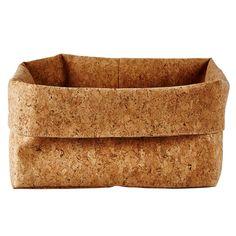 Deze stoere mand past in elke ruimte. De natuurlijke uitstraling van kurk zorgt namelijk voor een lekker eigentijds accent. Perfect voor het opruimen van toiletartikelen of gewoon als mooie woonaccessoire! Een prachtige mand van Galzone Denmark.