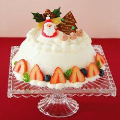 クリスマスケーキ作りました() ちょっと変わったドーム形のケーキです でも特別な型は要らないんですよ ボウルや器にラップを敷いてスポンジやムースを重ねて固めひっくり返します まわりのナッペも見えるところが少ないから気が楽です やっぱりきのこの飾りを乗せてしまいました ほのぼの飾りがお気に入りです レシピはcottaさん @cotta_corecle のサイトに載せてもらいましたありがとうございます みなさんはどんなクリスマスケーキにするか決めましたか もう来週とは早いですね