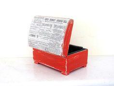 Caixa de madeira retro Red decoupaged com americano jornal impresso, as cores vermelho preto e cinza