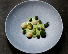 Batatas com emulsão de rúcula, pó de algas e morangos verdes do restaurante Relae, de Copenhague