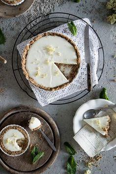 Holunder Tarte mit Joghurtcreme und Kokoskruste