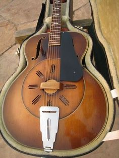 1939 National Aragon Deluxe wooden resonator guitar. Cone in maple.