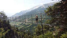Sionin lähellä hurja patikointireitti Torrent Neuf, joka kulkee korkealla vuoren reunamilla ja riippusiltoja pitkin laaksojen yli.