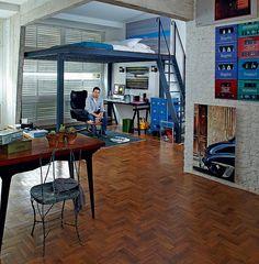 O mezanino com estrutura metálica foi a grande sacada no apartamento de 60 m² do fotógrafo Lufe Gomes. Embaixo, fica o escritório. Em cima, sobrou 1,20 m de altura, suficiente para ele dormir sobre o colchão colocado direto no piso