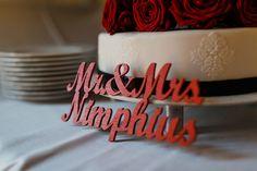 Caketopper als Schriftzug in Bordeauxrot für die Hochzeitstorte. Foto: http://weddings.lauramoellemann.de
