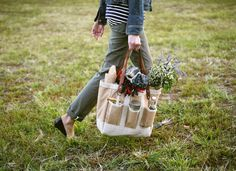 Awww a garden bag! // via Kinfolk Magazine Journal // Apolis + Kinfolk Garden Bag Sewing Patterns Free, Free Sewing, Kinfolk Magazine, Garden Bags, Cuisines Diy, Picnic Bag, Summer Picnic, Fall Picnic, Garden Picnic