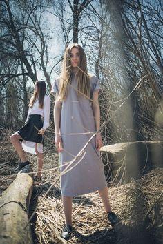 Платье-рубашка с юбкой с запахом и серое платье-футляр с молнией на спине.