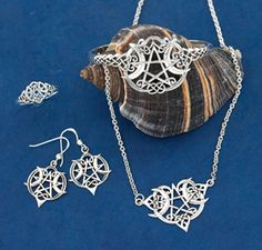 Pagan, Wiccan & Druid - Heart Pentacle Jewelry. GaelSong - Witches deserves a nice piece of jewelry <3