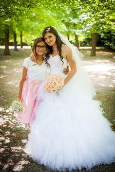 Stunning bride Sara with her elegant Sweet Avalanche bridal bouquet. Floral designer Klara Uhlirova
