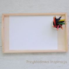 Taca drewniana, kredki, aktywność dla maluchów, inspirowane Montessori.