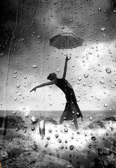 """Co prawda nie jest to jeszcze ciepły letni deszcz, ale staramy się nucić """"Deszczową piosenkę"""" i nie zważać na poniedziałkowe przeciwności;)"""