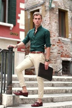 7 Must Have Chinos And Shirt Colors For 7 Different Looks This Season Read on to know how 5 different shades of chinos combine with 2 basic shirts in different hues to produces 7 fresh and unique outfit ideas. Business Mode, Business Casual Men, Men Casual, Men's Smart Casual, Business Wear, Formal Men Outfit, Men Formal, Formal Shirts For Men, Men's Formal Wear