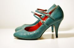 love the tiffany blue colour, the red lining, the double strap. so ladylike.