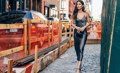 O vestido midi é uma das tendências que permanecem forte para o verão 2017. Confira como montar um look estiloso com a peça.