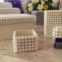 caixa presente -  Diy - Existe algo mais romântico, tradicional e eterno do que pérolas? Elas têm uma versatilidade incrível! Decoração com Pérolas - pearls - faça você mesmo - #decor #decorar #diy #perolas #pearls #home @pitacoseachados