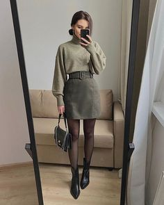Do you also want to wear miniskirts and look chic? We share tips from fashionistas on how to wear miniskirts the grow-up way and not look trashy! Winter Fashion Outfits, Look Fashion, Autumn Fashion, Chic Fashion Style, 2000s Fashion, Fall Fashion Trends, Vintage Fashion Style, French Fashion, Parisian Chic Style