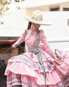 I want an outfit like this so bad Mexican Costume, Mexican Outfit, Mexican Dresses, Mexican Style, Quince Dresses, 15 Dresses, Dress Outfits, Fashion Outfits, Womens Fashion