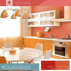 Quem concorda que um almoço em família fica cheio de energia numa cozinha como essa? Os tons de laranja criam um ambiente otimista. #DicadoBook #Decor