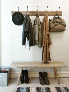 Mooi bankje en kapstok van hout