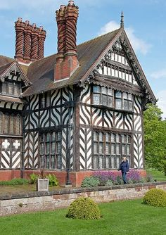 England Travel Inspiration - Wightwick Manor - National Trust - decorated in William Morris designs Tudor House, Victorian House, Style At Home, Ancient Architecture, Architecture Design, Beautiful Buildings, Beautiful Homes, Estilo Tudor, Medieval Houses