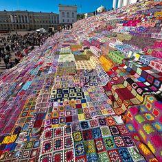 La scalinata della cattedrale di Helsinki ricoperta da un'incredibile lavoro handmade di patchwork lavorato a maglia