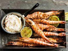 Grillatut jättikatkarapuvartaat, ja vaniljainen chilidippi, joka suorastaan kutkuttaa makuhermoja. #valioreseptit Shrimp, Chili, Meat, Food, Chile, Essen, Meals, Chilis, Yemek