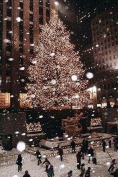@katiedunlapp Vintage Wallpaper, Xmas Wallpaper, Christmas Phone Wallpaper, Christmas Aesthetic Wallpaper, Wallpaper Ideas, Christmas Lights Wallpaper, Christmas Lights Background, Disney Wallpaper, Christmas Feeling