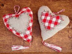Colgador puerta corazón modelo CAMILIA en tejido 100 % Algodón en colores lino, rojo y blanco (18 x 10 cm. aproximadamente). Confeccionado a mano. Hay 2 modelos para elegir.