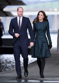 Kate Middleton style: The Duchess of Cambridge wearing a tartan Alexander McQueen coat with a Manu Atelier green mini bag Kate Middleton Outfits, Moda Kate Middleton, Looks Kate Middleton, Estilo Kate Middleton, Middleton Family, Kate Middleton Fashion, Beauty And Fashion, Royal Fashion, Fashion Looks