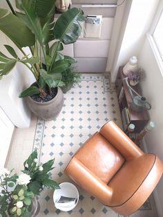 Izraelský architekt Ynon Goren renovoval vcentru Prahy byt, ve kterým chytře využil modulární systémy a zároveň dal vyniknout původním prvkům. Přišli jsme na návštěvu a zjistili, jak může vypadat bydlení vsamém srdci velkoměsta.