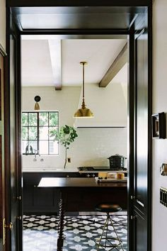 jessica-helgerson-black-brass-kitchen - home me Estilo Interior, Casas Interior, Brass Kitchen, Open Kitchen, Kitchen Black, Kitchen Tiles, Kitchen Floors, Nice Kitchen, Kitchen Cabinets